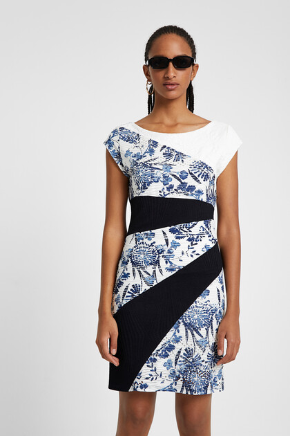 Kurzes Kleid mit blumigen Patch-Streifen