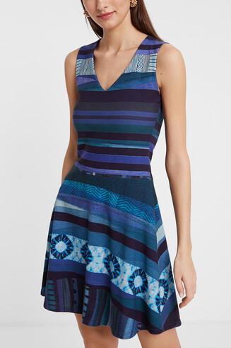 Kurzes Kleid mit horizontalen Streifen