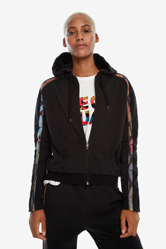 Sweatshirt with zipper and hood