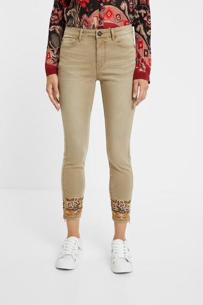 Spodnie dżinsowe rurki ze zdobieniem w egzotycznym stylu