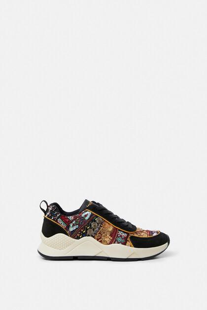 Sneakers met boho-borduursels