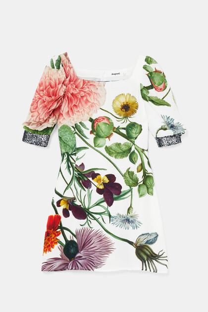 Krótka sukienka o dopasowanym kroju z bufiastymi rękawami