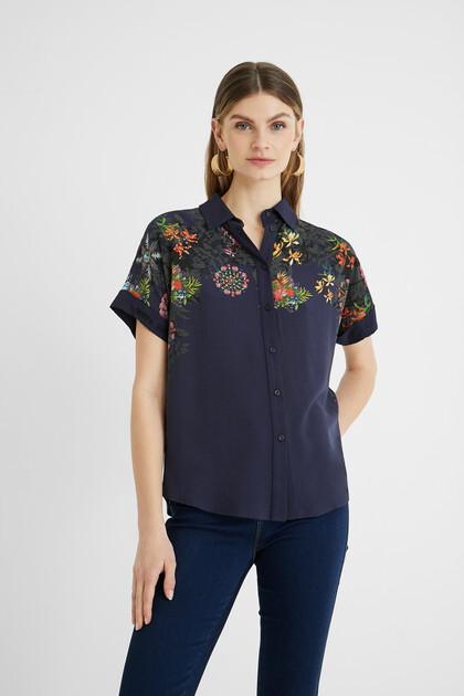Soepelvallende blouse met bedrukte schouders