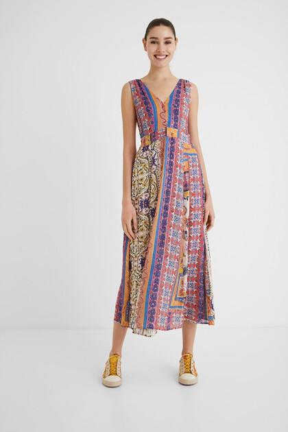 Klassisches Kleid mit V-Ausschnitt