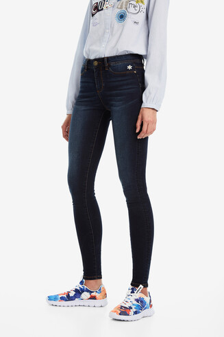 Lange, eng geschnittene Jeans
