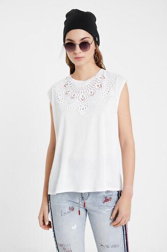 Koszulka z dziurkowaniem i krótkim rękawem