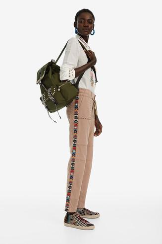 Gerade geschnittene Hose mit seitlichen Streifen