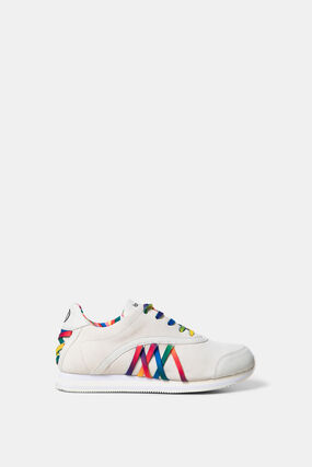 Sneakers with multicolour shoelaces
