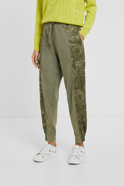 Spodnie joggersy z kwiatowym nadrukiem moro