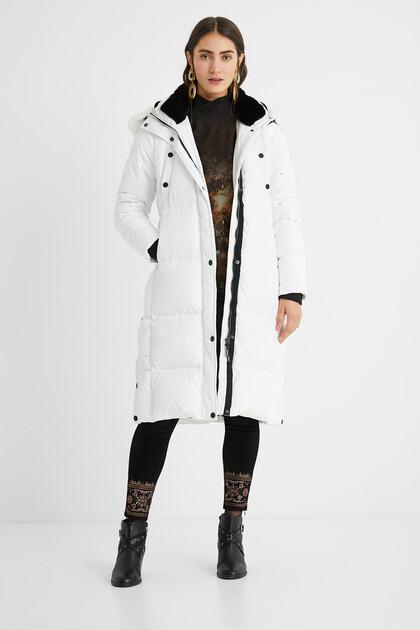Długi pikowany płaszcz o prostym kroju w mandale