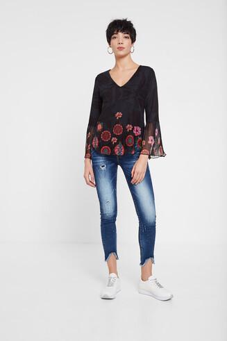 Chemise à volants, tie-dye et fleurs