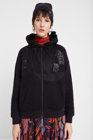 Single-colour sweatshirt with hood and patch