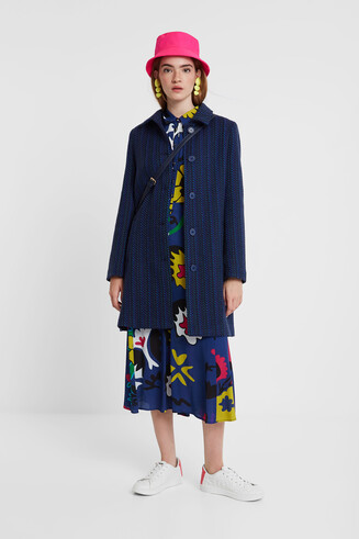 Three-quarter buttons coat
