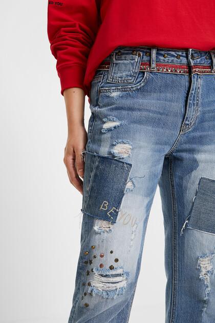 Spodnie dżinsowe o kroju boyfriend z ćwiekami