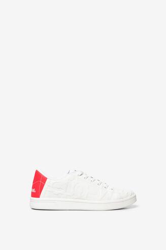 Weiße, geprägte Sneakers