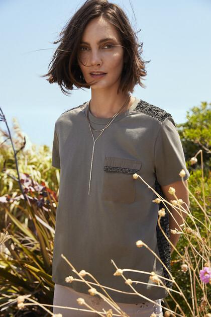 T-shirt em tecido de rede com desenho ondulado