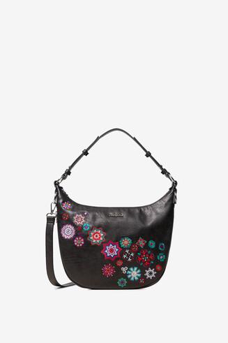 曼陀羅刺しゅうをあしらった半月形の黒いバッグ