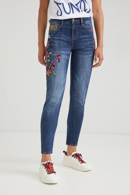 Boyfriend fit jeans embroidered ankle