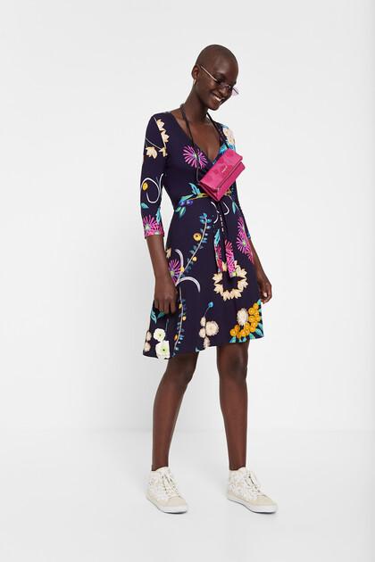 Dzianinowa sukienka o kopertowym kroju w kwiaty