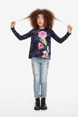 ワイドなシルエットの花柄プリントTシャツ