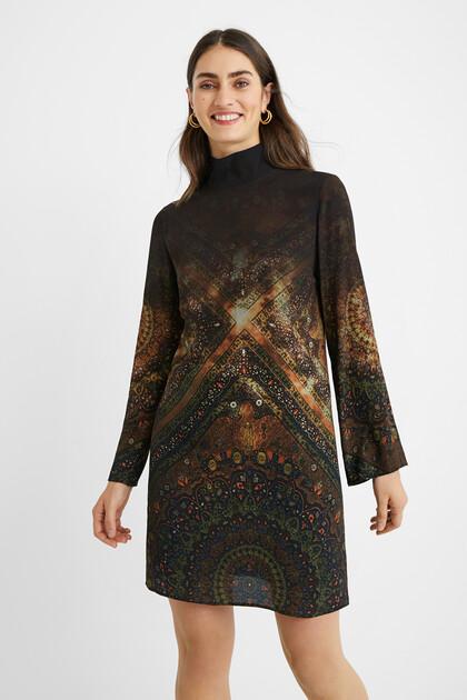 Sukienka o kroju prostym w stylu boho