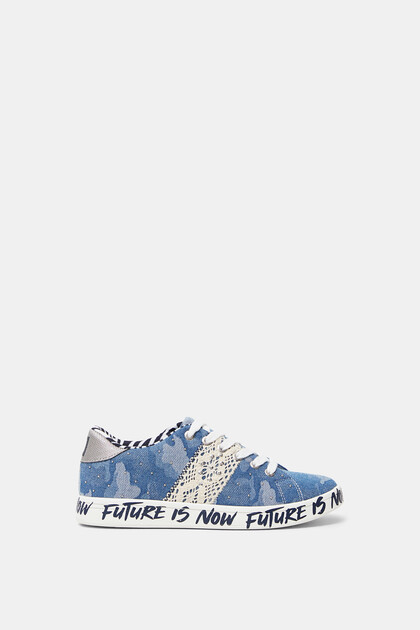Denim sneakers met camouflageprint