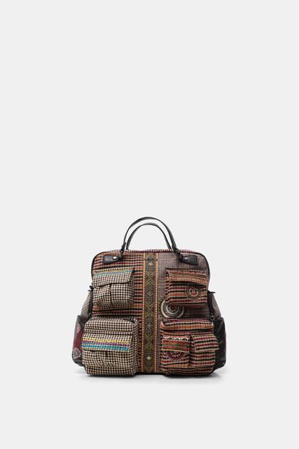 Rucksack mit vielen Taschen und Patch