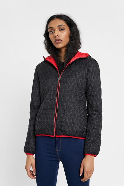 Pikowana kurtka z nadrukiem typu logomania