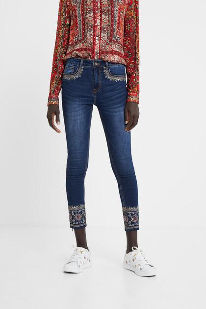 Spodnie dżinsowe rurki w egzotycznym stylu