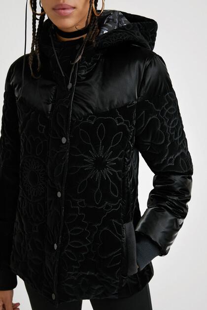 Korte gewatteerde jas met capuchon