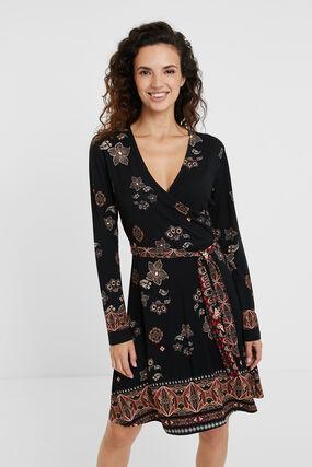 Sukienka z dekoltem w serek i paskiem